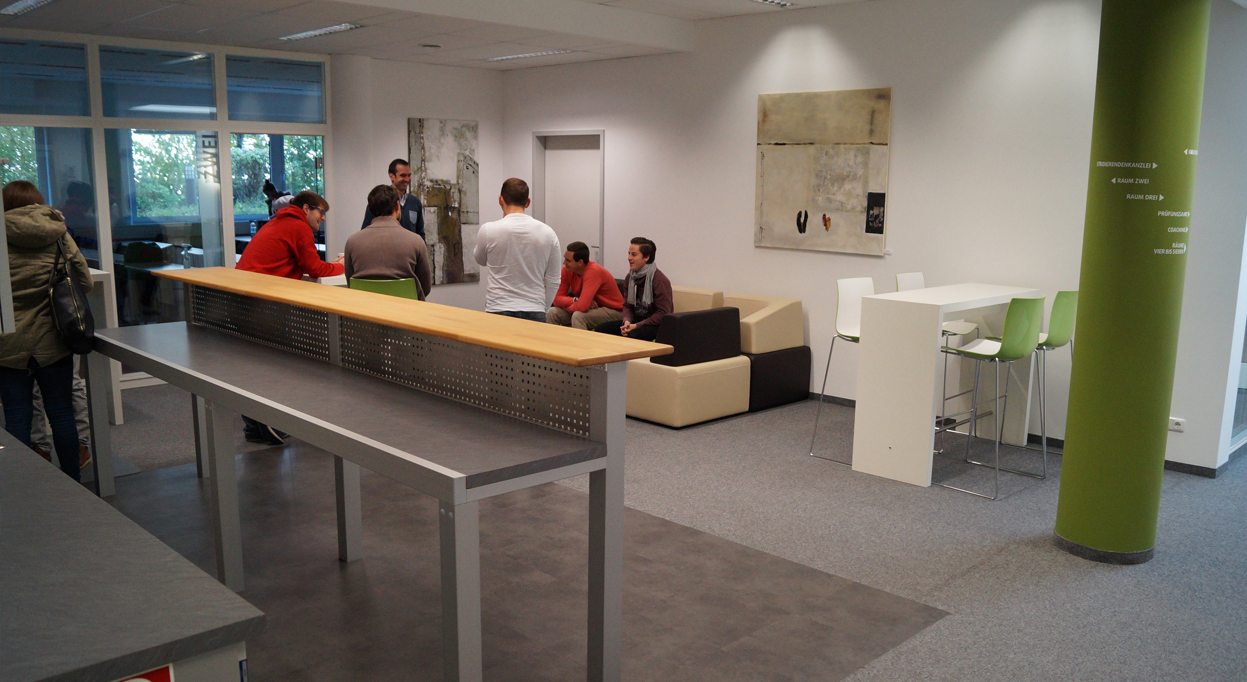 Besprechungsraum mit Tischen und Personen