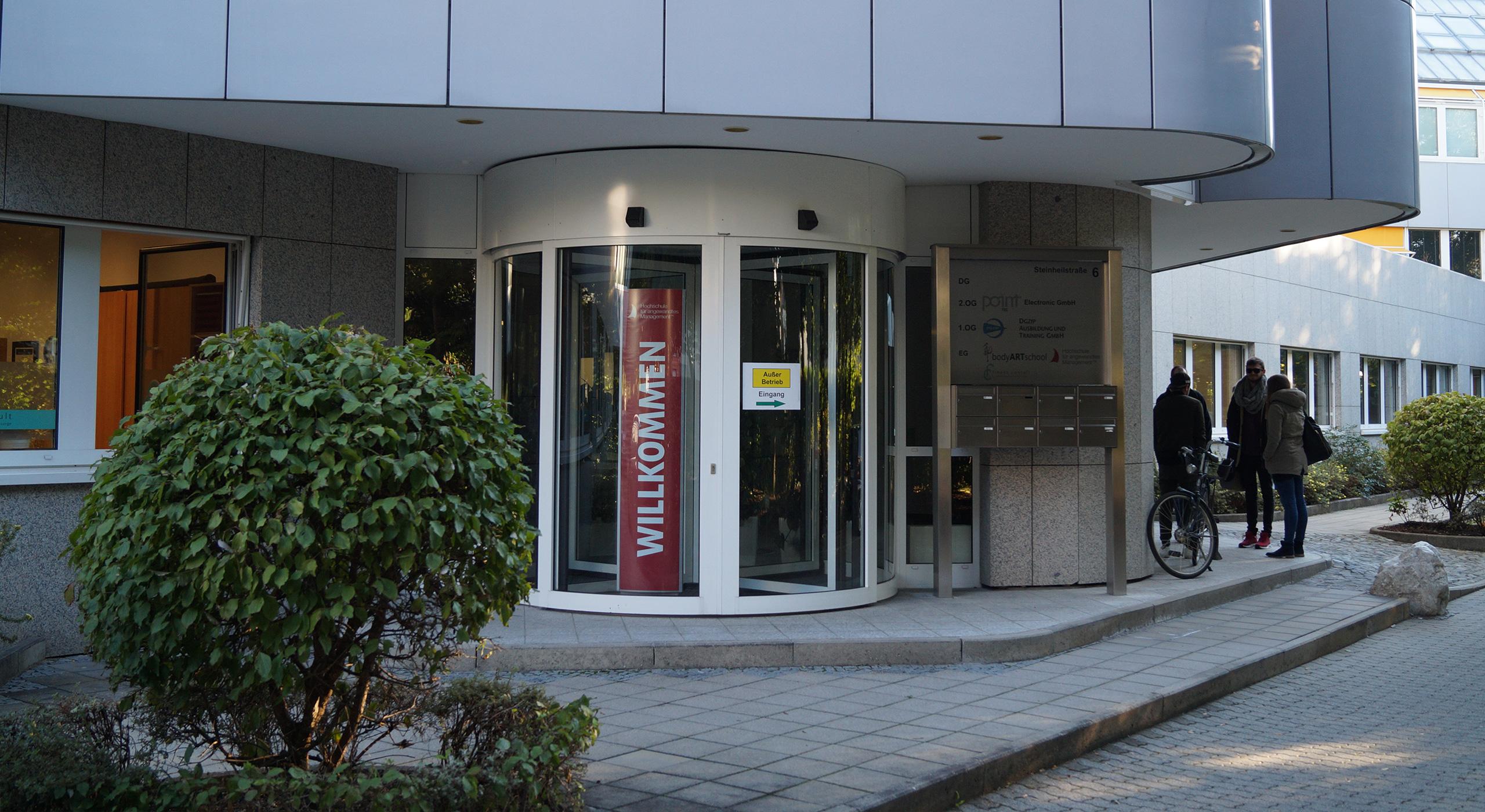 Eingang Gebäude mit Personen