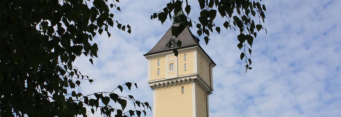 Turm in Ismaning mit Baum im Vordergrund