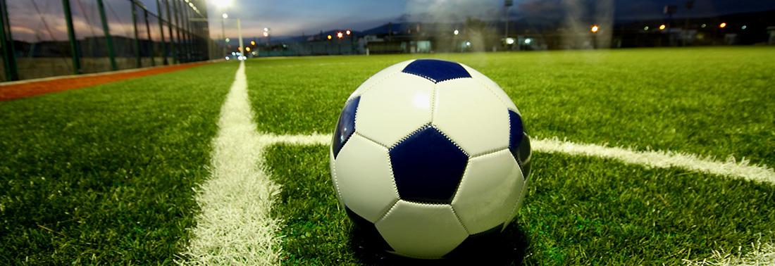 Fußball auf Fußballfeld