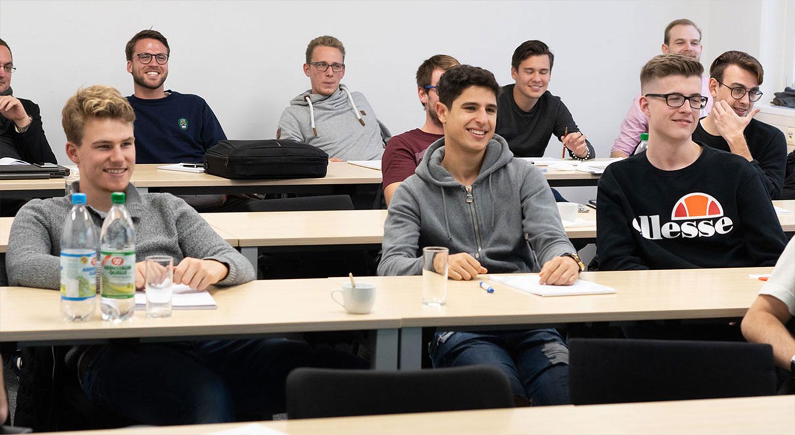 Viele Absolventen während des Unterrichts
